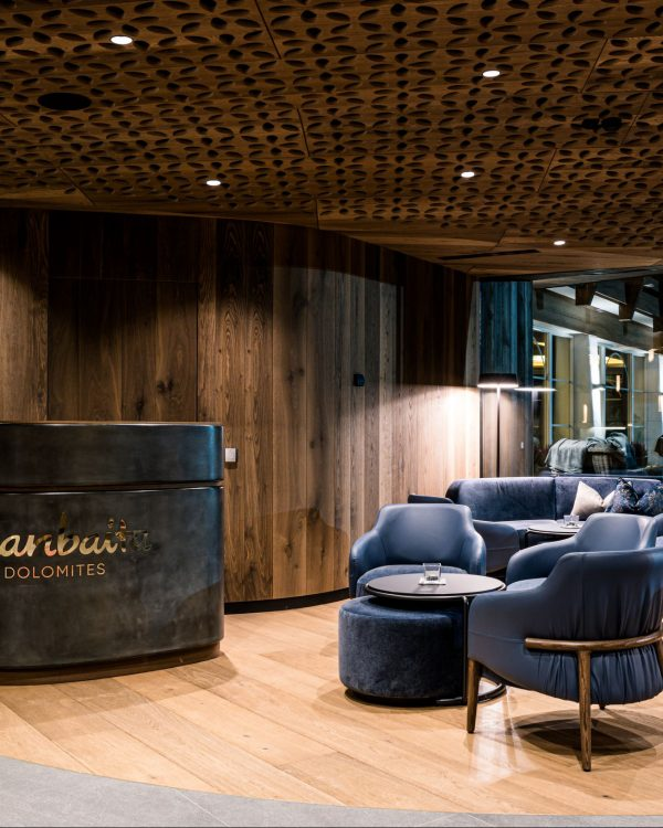 The Trench lounge furnishes the reception of the Hotel Granbaita Dolomites